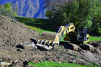 Le bulldozer attaque le terrassement